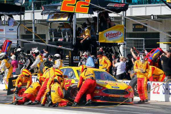 Monster Energy NASCAR Cup Series Brickyard 400 Indianapolis Motor Speedway, Indianapolis, IN USA Sunday 23 July 2017 Joey Logano, Team Penske, Shell Pennzoil Ford Fusion pit stop World Copyright: Russell LaBounty LAT Images