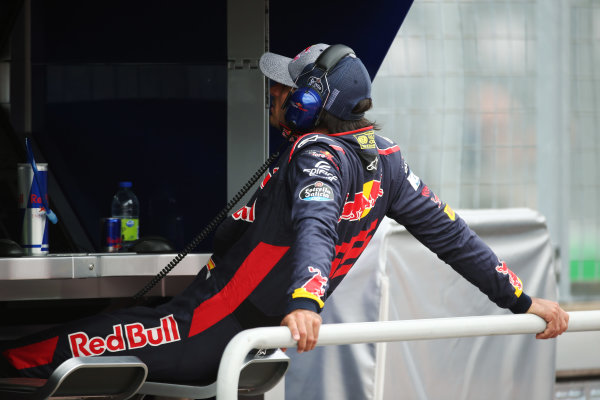 Circuit Gilles Villeneuve, Montreal, Canada. Friday 09 June 2017. Carlos Sainz Jr, Toro Rosso, watches FP1 from the pit wall after experiencing an early technical failure. World Copyright: Charles Coates/LAT Images ref: Digital Image AN7T6790