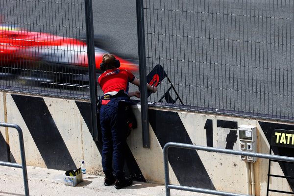 2016 GP3 Series Test 2 - Circuit Ricardo Tormo, Valencia, Spain. Friday 8 April 2016. An Arden International engineer holds out the pit board for Jake Dennis (GBR, Arden International)   World Copyright: Sam Bloxham/LAT Photographic. ref: Digital Image _L4R2160