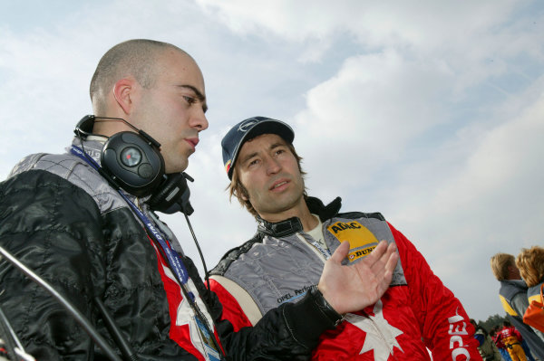 2004 DTM Championship.Brno, Czech Repulic. 18th - 19th SeptemberHeinz Harald Frentzen (OPC Holzer Opel Vectra GTS) talks to a team member.World Copyright: Andre Irlmeier/LAT PhotographicRef:Digital image only