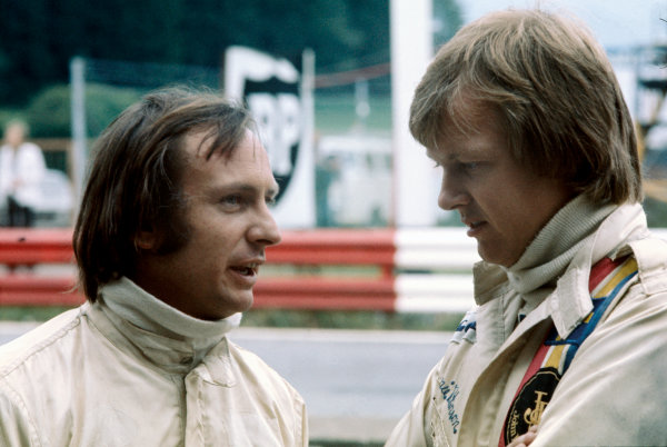 Ronnie Peterson chats to Chris Amon in the pits, portrait. World Copyright: LAT Photographic.Ref:  P3A 01.