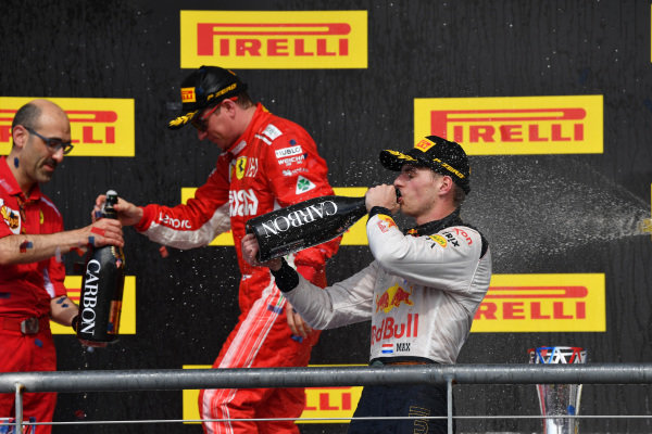 (L až R): Carlo Santi, Ferrari Race Engineer, Kimi Raikkonen, Ferrari a Max Verstappen, Red Bull Racing oslavujú so šampanským
