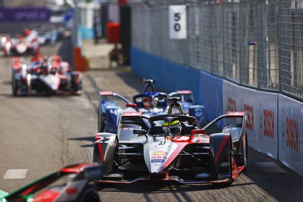 Oliver Rowland (GBR), Nissan e.Dams, Nissan IMO2, leads Robin Frijns (NLD), Envision Virgin Racing, Audi e-tron FE07