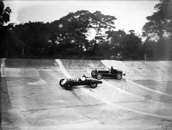 Freddie Dixon, Riley, leads Whitney Straight, MG Magnette.