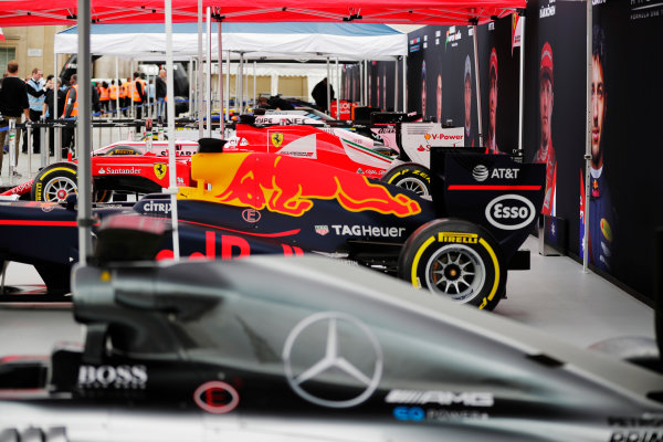 F1 Live London. London, United Kingdom. Wednesday 12 July 2017. A line-up of Formula 1 cars in Trafalgar Square ahead of the London F1 street demonstration. L-R: A Mercedes, Red Bull, Ferrari, Force India, Williams, McLaren, Toro Rosso and Haas. World Copyright: Zak Mauger/LAT Images ref: Digital Image: _54I1655