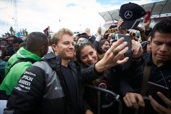 Autodromo Hermanos Rodriguez, Mexico City, Mexico. Thursday 27 October 2016. Nico Rosberg, Mercedes AMG, meets some fans. World Copyright:Steve Etherington/LAT Photographic ref: Digital Image SNE21587