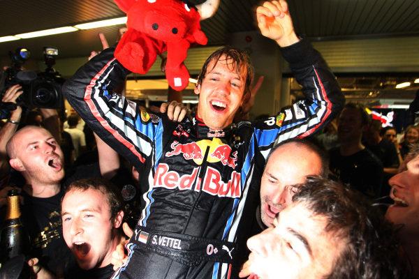Sebastian Vettel (GER) Red Bull Racing celebrates with the team. Formula One World Championship, Rd 19, Abu Dhabi Grand Prix, Race, Yas Marina Circuit, Abu Dhabi, UAE, Sunday 14 November 2010.  BEST IMAGE