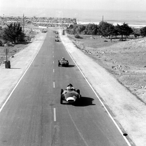 1958 Moroccan Grand Prix.Ain-Diab, Casablanca, Morocco.17-19 October 1958.Tony Brooks (Vanwall) leads a group of cars with the sea in the background.Ref-2577.World Copyright - LAT Photographic