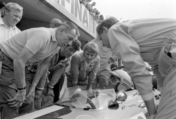 Jack Brabham, Brabham BT26A Ford, talks to Ron Tauranac and Ron Dennis, in the pit lane.