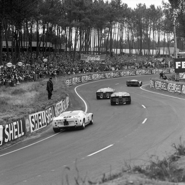 Lorenzo Bandini / Jean Guichet, SpA Ferrari SEFAC, Ferrari 330 P3, leads Mario Andretti / Lucien Bianchi, Holman & Moody, Ford Mk II, another Ford Mk II, and Guy Ligier / Bob Grossmann, Ford France SA, Ford GT40.