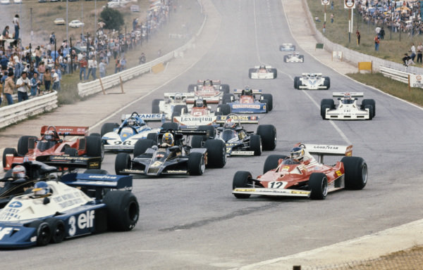 Carlos Reutemann, Ferrari 312T2 goes round the outside into Turn 1 as Gunnar Nilsson, Lotus 78 Ford and John Watson, Brabham BT45 Alfa Romeo battle for position ahead of Clay Regazzoni, Ensign N177 Ford and Jacques Laffite, Ligier JS7 Matra at the start.