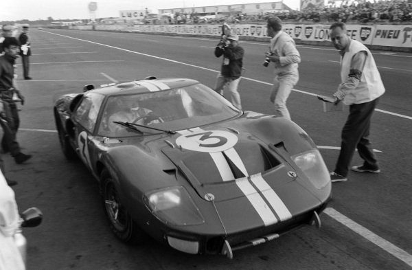 Dan Gurney / Jerry Grant, Shelby American Inc., Ford Mk II, leaves the pits.