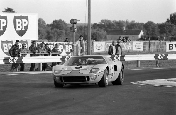 Pedro Rodriguez / Lucien Bianchi, John Wyer Automotive Engineering, Ford GT40.