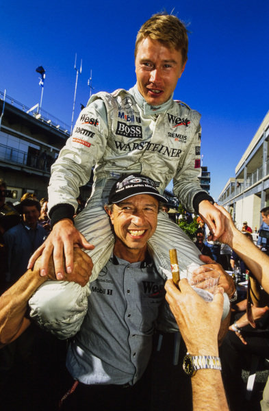 Mika Häkkinen celebrates what turned out to be his final F1 victory on the shoulders of Jo Ramirez.