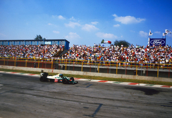 Mexico City, Mexico. 10-12 October 1986. Gerhard Berger (Benetton B186 BMW) takes his first Grand Prix win. Ref: 86 MEX 28 World copyright - LAT Photographic