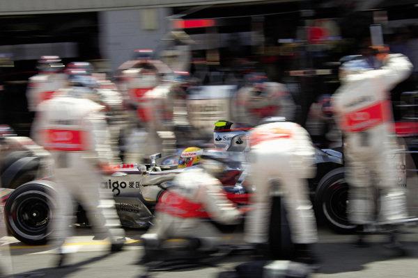 Lewis Hamilton, McLaren MP4-22 Mercedes pitstop.