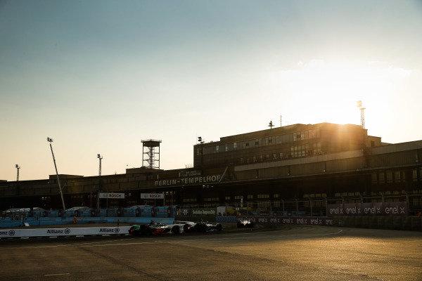 René Rast (DEU), Audi Sport ABT Schaeffler, Audi e-tron FE06 chases Mitch Evans (NZL), Panasonic Jaguar Racing, Jaguar I-Type 4