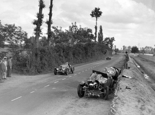 Jacques Blot / Henri Ferrand, A. Gordini, Simca-Fiat 508S Balilla, passes the abandoned cars of René Kippeurth / René Poulain, Bugatti T44, and Eugène Chaboud / Jean Tremoulet, Delahaye 135CS.