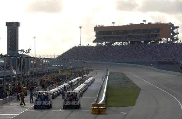 The cars line up in pit road. NASCAR Nextel Cup, Rd36, Homestead-Miami Speedway, Florida, USA, 20 November 2005. DIGITAL IMAGE