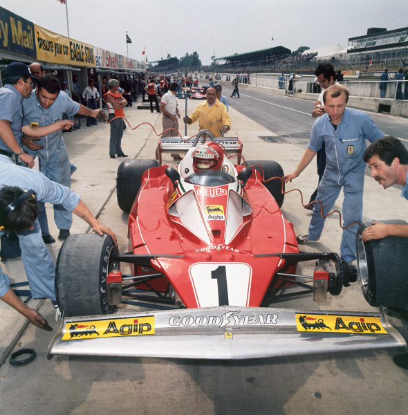 Brands Hatch, England. 16th - 18th July 1976.  Niki Lauda (Ferrari 312T2), 1st position, in the pits for a tyre change, action.  World Copyright: LAT Photographic.  Ref:  76 GB Medium A.