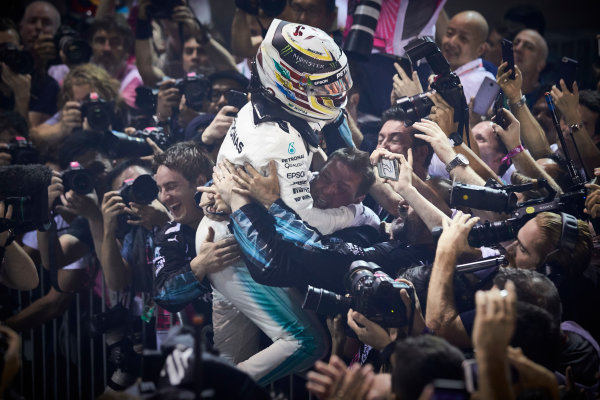 Marina Bay Circuit, Marina Bay, Singapore. Sunday 17 September 2017. Lewis Hamilton, Mercedes AMG, 1st Position, celebrates on arrival in Parc Ferme. World Copyright: Steve Etherington/LAT Images  ref: Digital Image SNE17153
