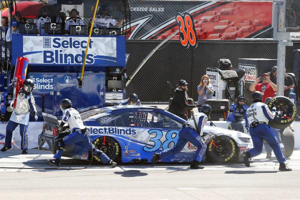 #38: David Ragan, Front Row Motorsports, Ford Mustang Select Blinds pit stop