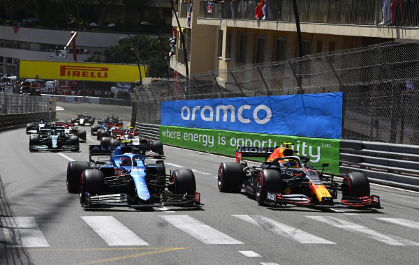 Sergio Perez, Red Bull Racing RB16B, leads Esteban Ocon, Alpine A521, Antonio Giovinazzi, Alfa Romeo Racing C41, Lance Stroll, Aston Martin AMR21, and the remainder of the field on the opening lap