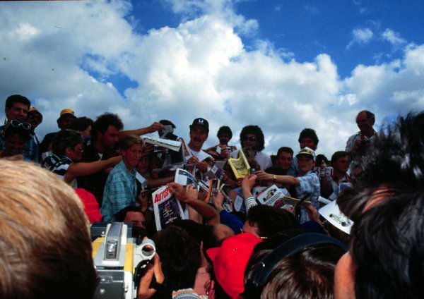1987 British Grand Prix.Silverstone, England.10-12 July 1987.Nigel Mansell (Williams Honda) signs autographs for fans.World Copyright - LAT Photographic
