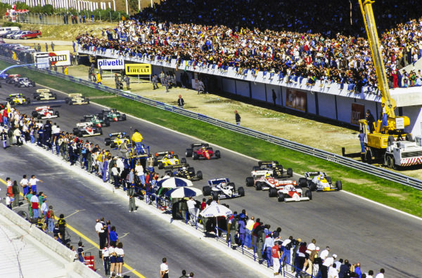 Alain Prost, McLaren MP4-2 TAG, leads the field off the line, ahead of Keke Rosberg, Williams FW09B Honda, Nelson Piquet, Brabham BT53 BMW, Ayrton Senna, Toleman TG184 Hart, and Nigel Mansell, Lotus 95T Renault. Further back is championship contender Niki Lauda, McLaren MP4-2 TAG.