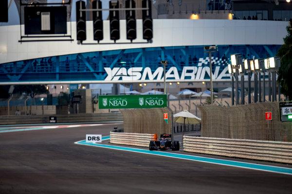 Yas Marina Circuit, Abu Dhabi, United Arab Emirates. Sunday 27 November 2016. Daniil Kvyat, Toro Rosso STR11 Ferrari, parks up and retires from the race. World Copyright: Zak Mauger/LAT Photographic ref: Digital Image _L0U1912