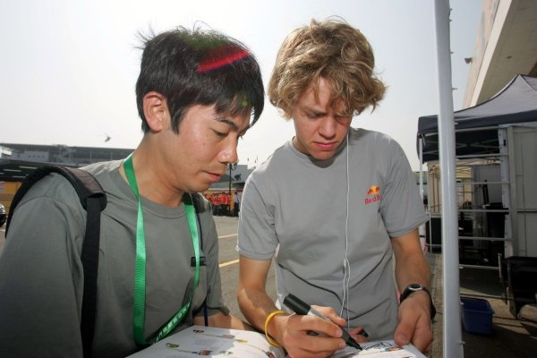 Sebastian Vettel (GER) ASM F3 signs an autograph for a fan. 52nd Macau Grand Prix, Qualifying Day, Guia Circuit, Macau, China, 17-20 November 2005. DIGITAL IMAGE
