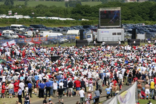 2006 British Grand Prix - Saturday Qualifying Silverstone, England. 8th - 11th June. Fans watch the England versus Paraguay World Cup match, atmosphere. World Copyright: Lorenzo Bellanca/LAT Photographic ref: Digital Image ZD2J3549