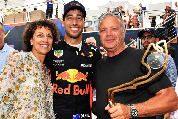 Race winner Daniel Ricciardo (AUS) Red Bull Racing celebrates with his Mother and Father the trophy
