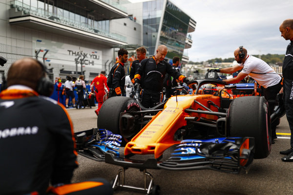 Stoffel Vandoorne, McLaren MCL33 on the grid
