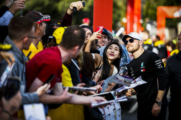 Valtteri Bottas, Mercedes AMG F1 poses for a selfie with a fan at the Federation Square event