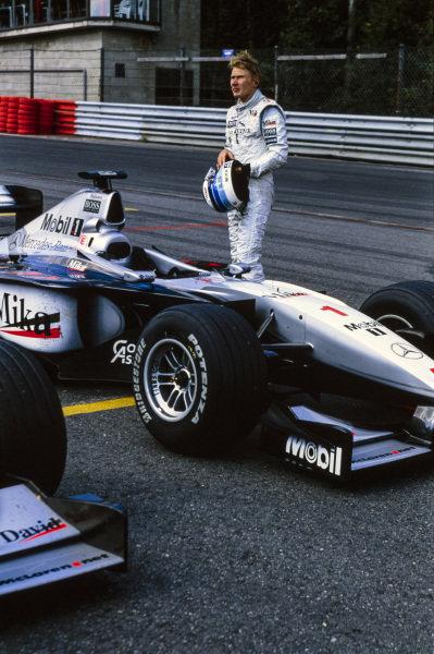 Mika Häkkinen, McLaren MP4-14 Mercedes, in Parc Ferme.