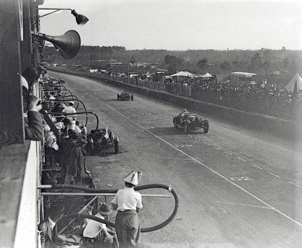 Le Mans, France. 16-17 June 1934.Charles Brunet/Goffredo Zehender (Bugatti T55) leads Thomas Fotheringham/RHJ Appleton (Aston Martin Ulster).Ref-Motor 800/86.World Copyright - LAT Photographic