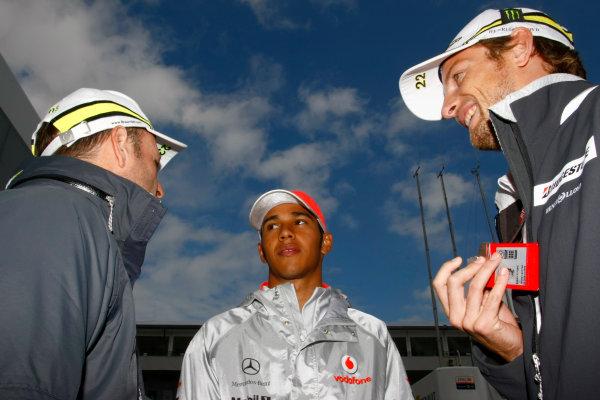 Nurburgring, Germany11th July 2009Rubens Barrichello, Brawn GP BGP001 Mercedes, Lewis Hamilton, McLaren MP4-24 Mercedes and Jenson Button, Brawn GP BGP001 Mercedes. Portrait.World Copyright: Charles Coates/LAT Photographicref: Digital Image _26Y9936