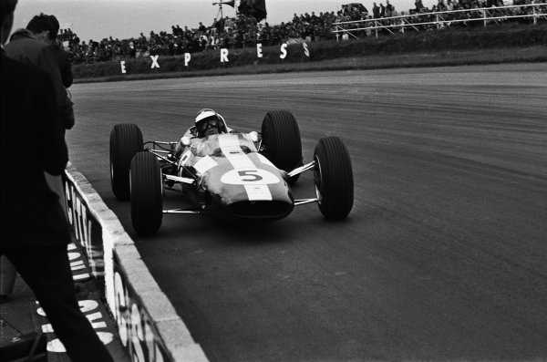 Silverstone, Great Britain. 10 July 1965.Jim Clark, Lotus 33-Climax, 1st position, action.World Copyright: LAT PhotographicRef: L65/333/6A-7