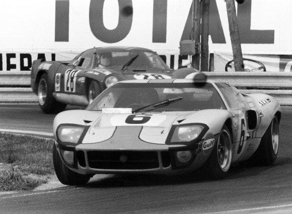 Le Mans, France. 14-15 June 1969.Jacky Ickx/Jackie Oliver (Ford GT40) leads Andre de Cortanze/Jean Vinatier jr (Alpine A220-Renault). Ickx/Oliver finished in 1st poosition.World Copyright: LAT PhotographicRef: 1042K #7