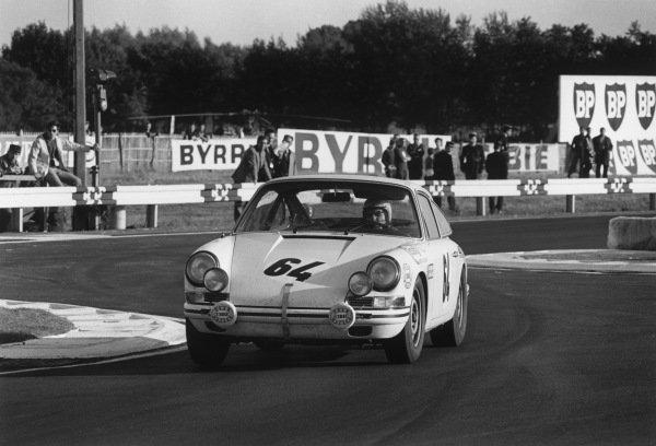 Le Mans, France. 28-29 September 1968.Claude Laurent/Jean-Claude Ogier (Porsche 911T), 13th position, action. World Copyright: LAT PhotographicRef: 2172 - 30A-31.