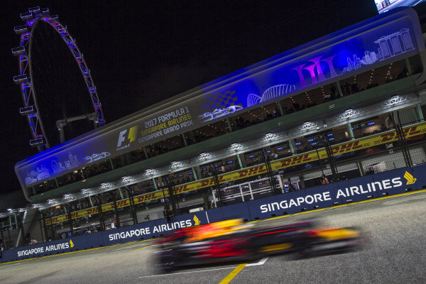 Daniel Ricciardo (AUS) Red Bull Racing RB13 at Formula One World Championship, Rd14, Singapore Grand Prix, Race, Marina Bay Street Circuit, Singapore, Sunday 17 September 2017. BEST IMAGE