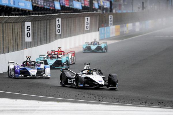 Edoardo Mortara (CHE), Venturi Racing, Silver Arrow 02, leads Jake Dennis (GBR), BMW I Andretti Motorsport, BMW iFE.21, and Mitch Evans (NZL), Jaguar Racing, Jaguar I-TYPE 5