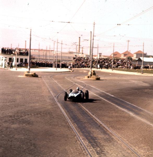 1960 Portuguese Grand Prix.Porto, Portugal.12-14 August 1960.Bruce McLaren (Cooper T53 Climax) 2nd position.Ref-3/0199.World Copyright - LAT Photographic