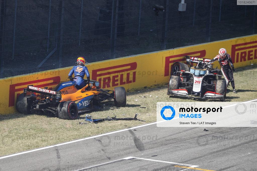 Carlos Sainz, McLaren MCL35 anDrivers Kevin Magnussen, Haas VF-20 crash