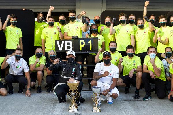 Race Winner Valtteri Bottas, Mercedes-AMG Petronas F1 and Lewis Hamilton, Mercedes-AMG Petronas F1 during the team celebration photograph