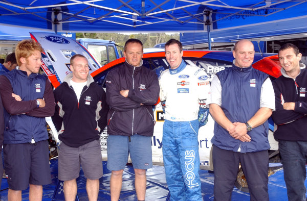 2002 World Rally Championship.Propecia Rally of New Zealand, Auckland, October 3rd-6th.Colin McRae poses with some of the crew from the British challenger yacht for the America's Cup. On Colin's right is double Olympic sailing champion Andy BeadsworthPhoto: Ralph Hardwick/LAT
