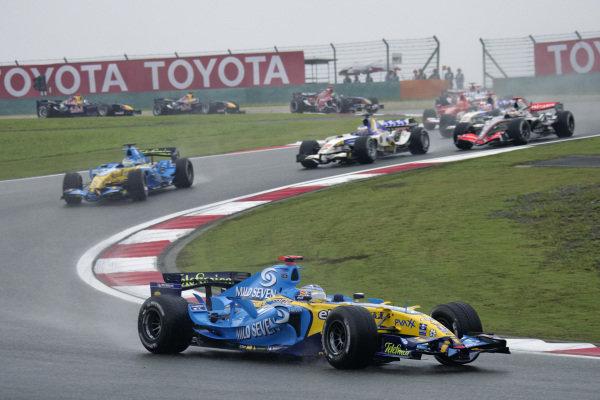 Fernando Alonso, Renault R26 leads Giancarlo Fisichella, Renault R26 and Rubens Barrichello, Honda RA106 at the start.