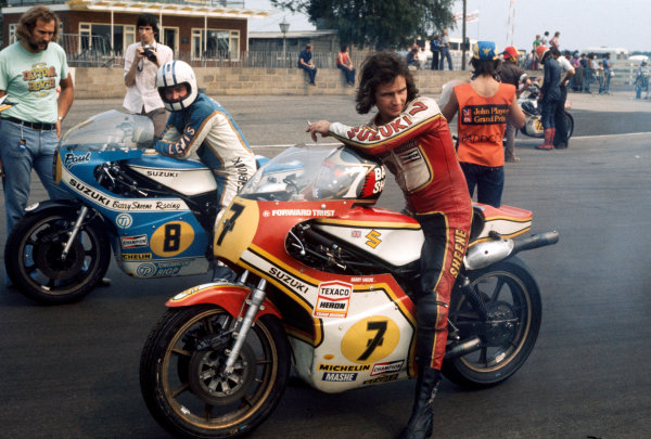 Silverstone, England. 14th - 15th August. Barry Sheene (Team Heron/Suzuki RG500) with Paul Smart (Barry Sheene Racing/Suzuki RG500) .Ref-SHEENE 01.World Copyright - LAT Photographic