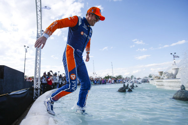Scott Dixon, Chip Ganassi Racing Honda, Jumps in the Scott Fountain